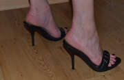 Photos des pieds de Nouscoquins, Pieds chaussés de mules noires