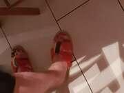 Photos des pieds de Man2818, Pieds vernis avec chaussons ouverts